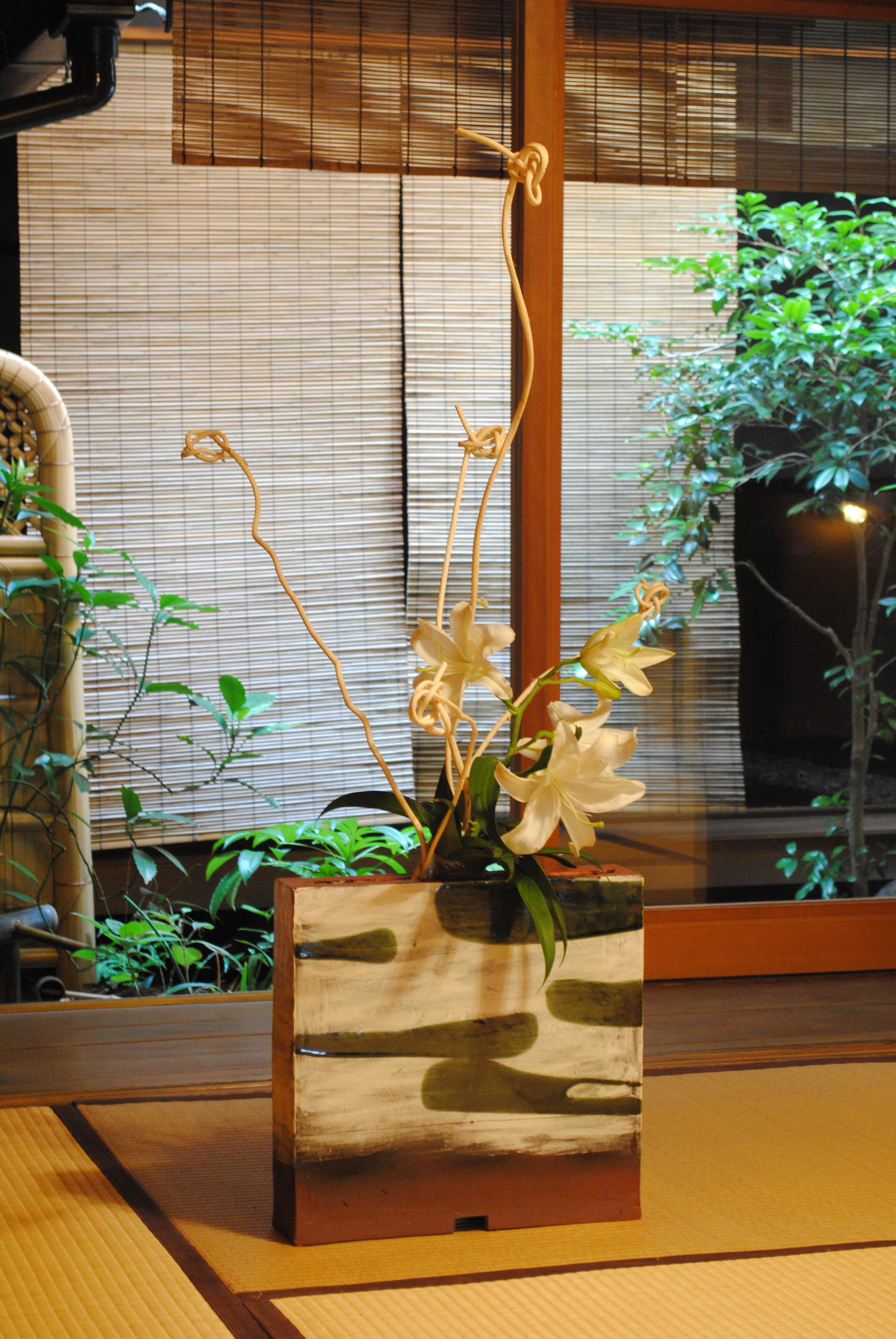 粉引き緑釉流し花器